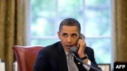 Predsednik Obama za svojim radnim stolom u Beloj kući