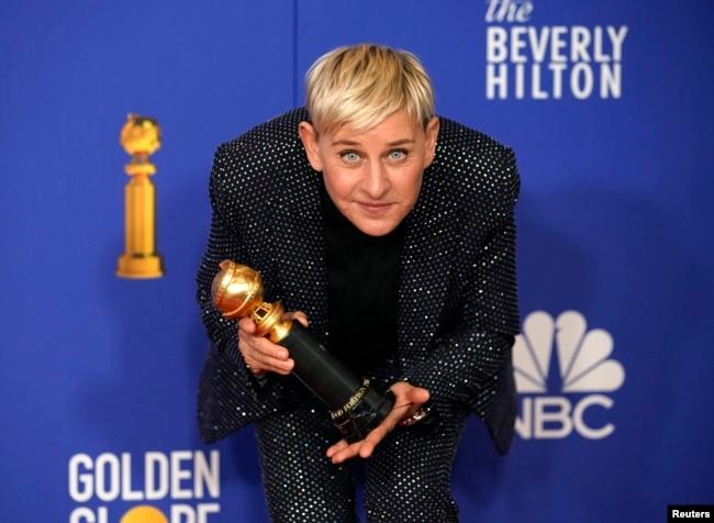 """Ellen DeGeneres berpose dengan penghargaan """"Carol Burnett"""" di Beverly Hills, California, 5 Januari 2020. (REUTERS/Mike Blake"""