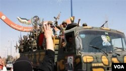 Pasukan keamanan Suriah saat melakukan 'pembersihan' di Deir el-Zour (Agustus 2011). Pasukan pro-Assad menghadapi peningkatan serangan dari para pemberontak.
