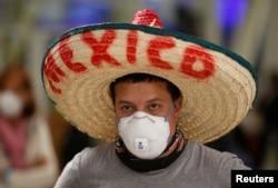 Maxsus tibbiy respirator niqob (N95) taqib olgan meksikalik erkak
