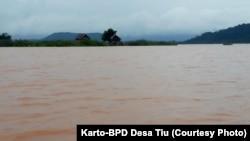 Air Danau Tiu di kecamatan Petasia Barat, berwarna merah kecoklatan yang diduga Jatam Sulawesi Tengah akibat kegiatan pertambangan nikel di bagian hulu. (Foto: Karto-BPD Desa Tiu)