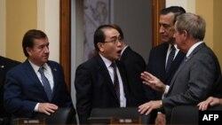 前北韓外交官太永浩(中)出席美眾院外委會聽證會