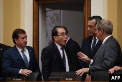 1일 미국 하원 외교위원회에 출석한 태영호 전 영국주재 북한공사(가운데)가 에드 로이스 위원장(왼쪽)을 비롯한 위원회 소속 의원들과 대화하고 있다.
