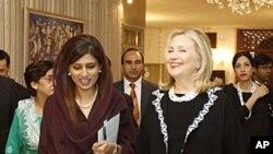 美国国务卿希拉里.克林顿10月21日与巴基斯坦外长希娜.拉巴尼.哈尔在伊斯兰堡