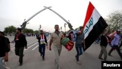 ຜູ້ຕິດຕາມທ່ານ Moqtada al-Sadr ຊາວມຸສລິມນິກາຍ Shi'ite ເຄື່ອນຍ້າຍອອກຈາກເຂດສີຂຽວ ຫຼື ເຂດສາກົນ ທີ່ມີການປ້ອງກັນຢ່າງໜາແໜ້ນໃນນະຄອນຫຼວງ ແບກແດັດ, ອີຣັກ, 1 ພຶດສະພາ, 2016.