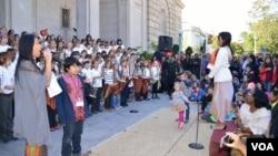 Tricia Sumarijanto (kanan) memimpin 200 siswa SD Amerika bermain angklung di Freer & Sackler Smithsonian Washington DC, Minggu 5/10 (foto: VOA/Eva).