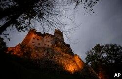 قعله بران بر فراز تپه ای به همین نام در رومانی الهام بخش داستان ترسناک دراکولا