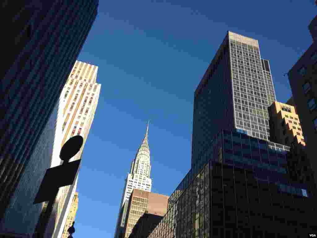 El edificio Empire State al fondo, entre otros edificios de Nueva York [Foto: Ramon Taylor, VOA].