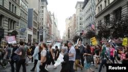 Dân chúng tuần hành qua đại lộ 5 ở New York, trong một cuộc biểu tình chống lệnh cấm du hành hạn chế của Tổng Thống Trump đã được Tối cao Pháp viện Mỹ cho phép thực thi. Ảnh REUTERS/ Joe Penney, ngày 29/6/2017.