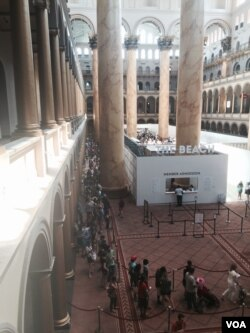 """Visitors gather at the National Building Museum exhibit """"The Beach"""" in Washington, D.C. (W. Wisniewski/VOA)"""