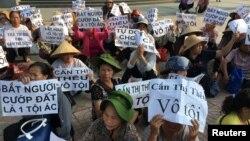 Nông dân làng Dương Nội biểu tình bên ngoài phiên tòa xét xử nhà hoạt động Cấn Thị Thêu ở Hà Nội, 20/9/2016.