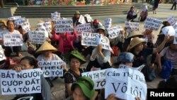 """Người dân làng Dương Nội biểu tình bên ngoài một tòa án trước vụ xử """"dân oan"""" Cấn Thị Thêu vào tháng 6 năm 2016. Người dân Dương Nội, Hà Đông, cũng đã có gần 10 năm đấu tranh giành lại thực địa sản xuất từ chính quyền."""