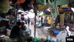 Di pasar Hanoi, banyak konsumen lebih khawatir dengan masalah kualitas produk daripada politik. (M. Brown/VOA)