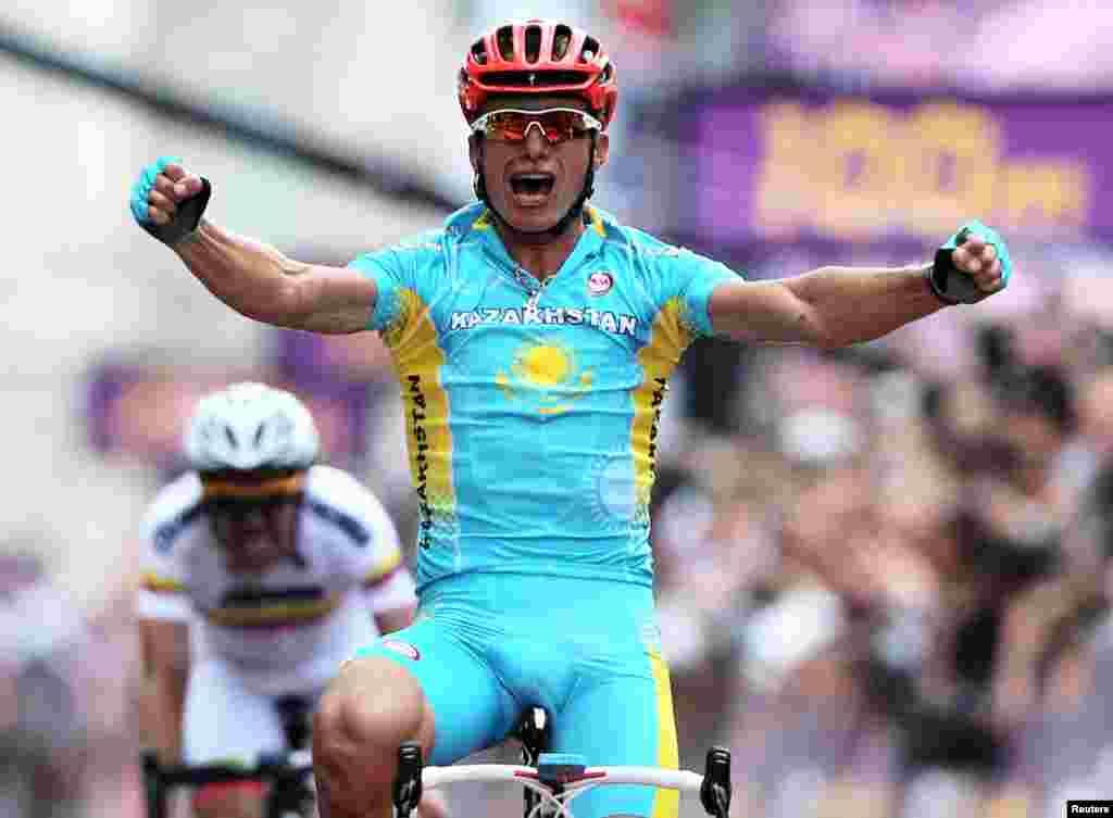 Atlet sepeda Kazakhstan Alexandr Vinokurov setelah merebut medali emas.