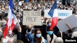 """""""მე მასწავლებელი ვარ"""" - ფრანგები, პატივს მიაგებენ მოკლული მასწავლებლის ხოსვნას. პარიზი, რესპუბლიკის მოედანი, 2020 წლის 18 ოქტომბერი."""