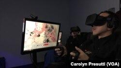 Mahasiswa Fakultas Kedokteran Stanford mengunakan teknologi realita maya atau virtual reality untuk bedah saraf.
