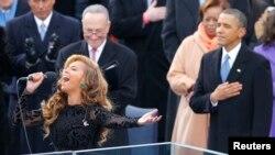 El presidente Barack Obama y el senador Charles Schumer disfrutan de la interpretación del himno nacional a Beyoncé.