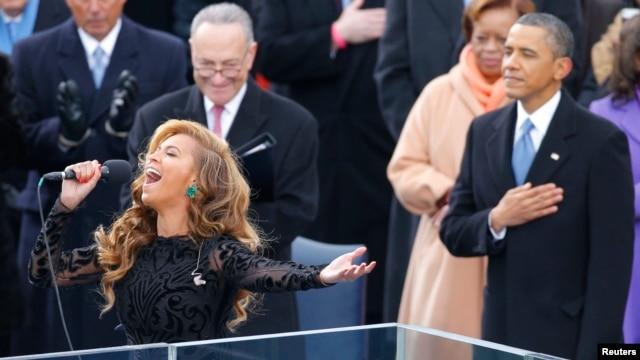 Presiden Barack Obama dan Senator Charles Schumer mendengarkan penyanyi Beyonce membawakan lagu kebangsaan pada upacara pelantikan Obama (21/1). (Foto: Reuters)