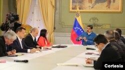 El presidente Nicolas Maduro con parte del gabinete ministerial en cadena nacional para anunciar la expansión del nuevo cobro de gasolina a todo el país.