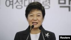 ທ່ານນາງ Park Geun-hye ປະທານາທິບໍດີເກົາຫລີໃຕ້ທີ່ຖືກເລືອກຕັ້ງໃໝ່ ທີ່ນິຍົມແນວທາງເດີມ ກ່າວຄໍາປາໃສ ຢູ່ໃນກອງປະຊຸມຖະແຫລງຂ່າວ ໃນັວນທີ 20 ທັນວາ 2012