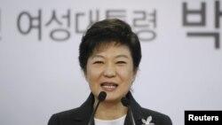 20일 한국 새누리당 당사에서 기자회견 중인 박근혜 당선자.