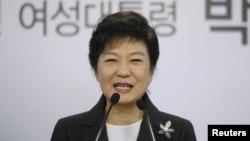 Presiden terpilih Korea Sletan, Park Geun-hye berpidato dalam sebuah jumpa pers di kantor Partai Saenuri di Seoul (20/12).