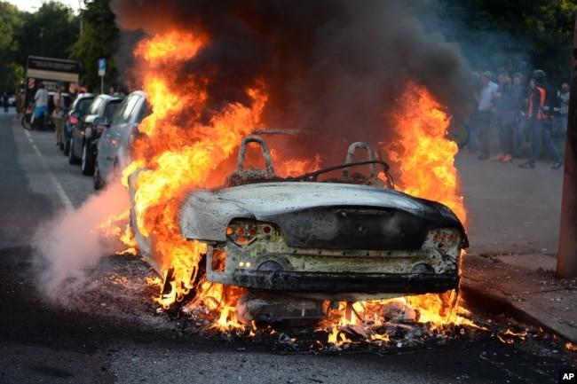 在反G20峰会期间被焚烧的一辆汽车。(2017年7月6日)