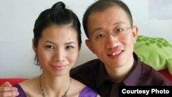 中國著名維權人士胡佳和妻子曾金燕 (檔案照片)