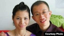 中国著名维权人士胡佳和妻子曾金燕 (档案照片)