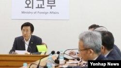 윤병세 한국 외교장관(왼쪽)이 지난 10일 외교부 청사에서 열린 긴급 북핵 대책회의에서 발언하고 있다.