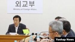 윤병세 한국 외교장관(왼쪽)이 지난달 외교부 청사에서 열린 긴급 북핵 대책회의에서 발언하고 있다.(자료사진)