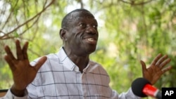 Opposition leader and presidential candidate Kizza Besigye speaks to the media while under continued house arrest at his home in Kasangati, outside the capital Kampala in Uganda, Feb. 21, 2016.