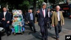 Ngoại trưởng Kerry và một người bạn đồng ngũ trong chiến tranh Việt Nam Tommy Vallely đi bộ đến Nhà thờ Đức Bà ở TP.HCM để dự thánh lễ, ngày 14 tháng 12, 2013.