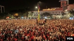 Ribuan orang dari berbagai kelompok dan golongan di Surabaya, menggelar aksi 1.000 Lilin untuk NKRI di Jalan Pahlawan, Surabaya, Jumat 12/5. (VOA/Petrus)