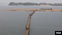 A wooden bridge connects to a sand island along the Mekong River, in Sambor district, Kratie province, March 11, 2020. (Sun Narin/VOA Khmer)