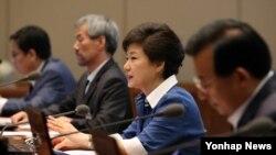 박근혜 한국 대통령(오른쪽 두번째)이 3일 청와대에서 열린 수석비서관회의에서 원전비리 문제, 탈북자 문제 등 현안에 대해 발언하고 있다.