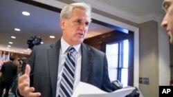 캐빈 매카시 공화당 하원 원내대표가 8일 의회에서 기자들의 질문에 답하고 있다.