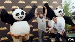 Aktor Holywood Jack Black dan Dustin Hoffman dalam promosi film Kung Fu Panda di Roma, Italia. Sekuel film ini yang diluncurkan akhir Mei lalu, tak dapat dinikmati di Indonesia.
