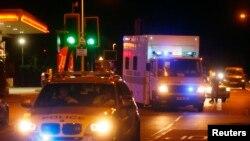 پلیس در حال اسکورت آمبولانس حامل بریتانیایی مبتلا به ابولا - لندن