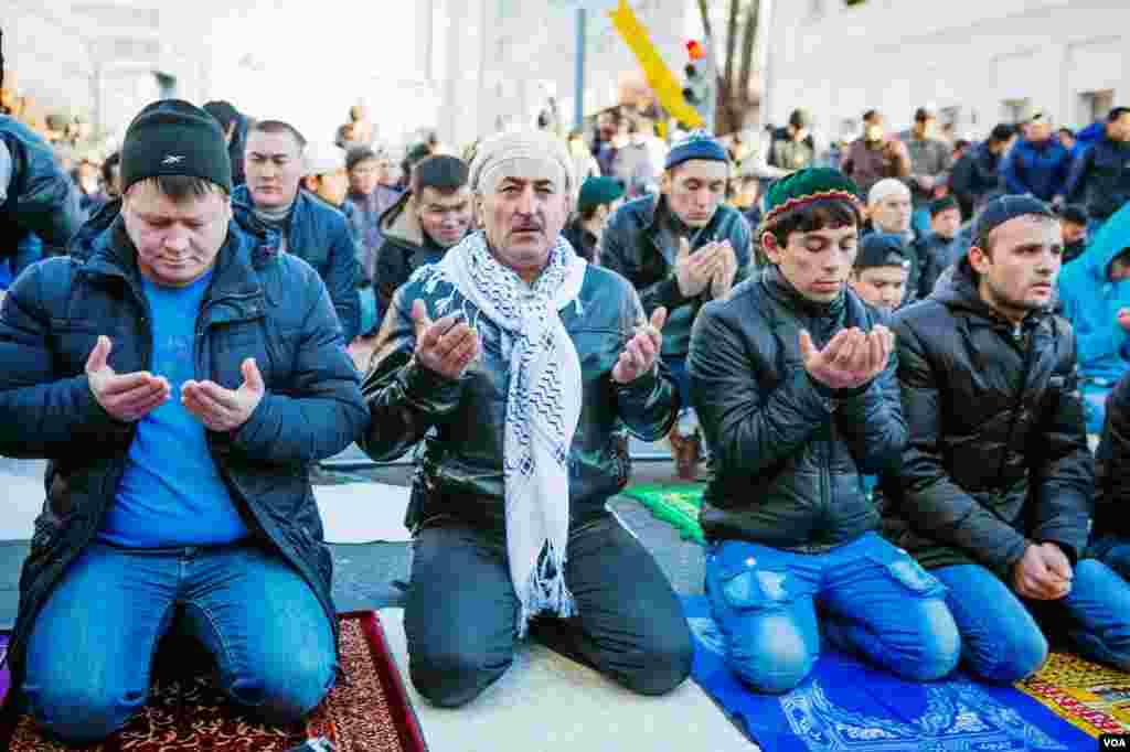 İnsanlar Moskva məscidi ətrafında küçədə dua edir.