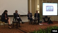 World Bank's country director and economists met at a conference to discuss Cambodia's economic growth, Phnom Penh, Cambodia, November 22, 2017. (Hul Reaksmey/VOA Khmer)