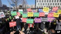 南韓民眾舉行集會反對政府隔離從中國武漢撤回的韓國僑民的決定。 (2020年1月30日)