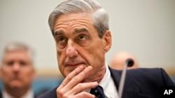 El director saliente del FBI, Robert Mueller, escucha atentamente a las preguntas de los legisladores, en la Comisión Judicial de la Cámara de Representantes.