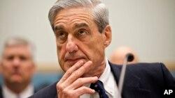 El cese de Mueller, que investiga una presunta colusión entre el equipo de campaña de Trump y Rusia y también una posible obstrucción a la justicia del mandatario, se considera una línea roja en las filas demócrata y republicana, aunque en la Casa Blanca ya no parece un tema tabú.