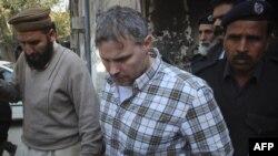 Službenik američkog konzulata u Pakistanu Rejmond Dejvis u pratnji policije napušta sud u Lahoreu