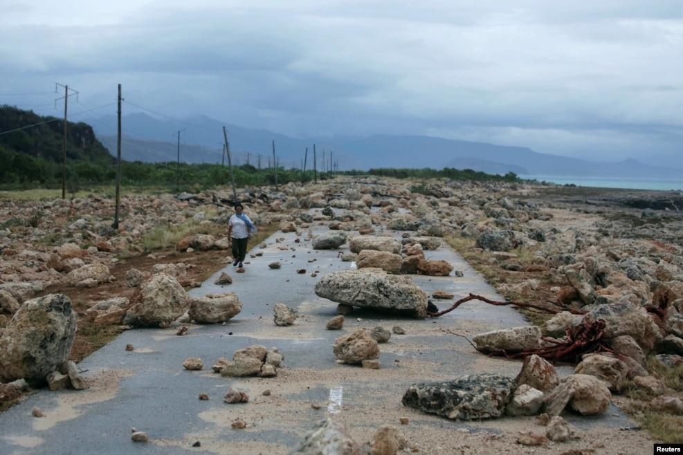 허리케인 '매튜'가 휩쓸고 지나간 쿠바 관타나모 주 해변도로에서 현지 주민이 걷고 있다.