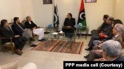 پاکستان پیپلز پارٹی کے چیئرمیں بلاول بھٹو زرداری حکمران پارٹی تحریک انصاف کے وفد سے ملاقات کر رہے ہیں۔