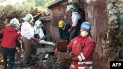 Nhân viên cứu hộ Hungary dọn dẹp một sân ngập bùn thải độc hại tại làng Kolontar, ngày 7/10/2010