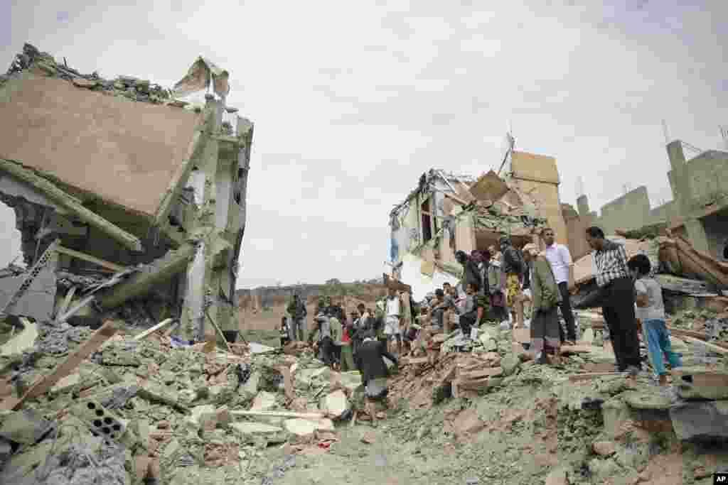 محله ای در صنعا پایتخت یمن پس از بمباران هوایی عربستان سعودی.دستکم ۱۴ نفر در حملات هوایی کشته شدند.
