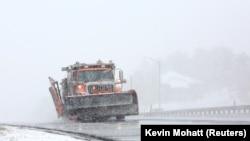 Patroli pembersih salju di sebuah jalan raya di Colorado pada awal badai musim dingin, Sabtu, 13 Maret 2021. (Foto: Kevin Mohatt/Reuters)